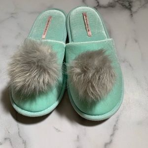 VICTORIA SECRET Pom Pom slippers Sz M